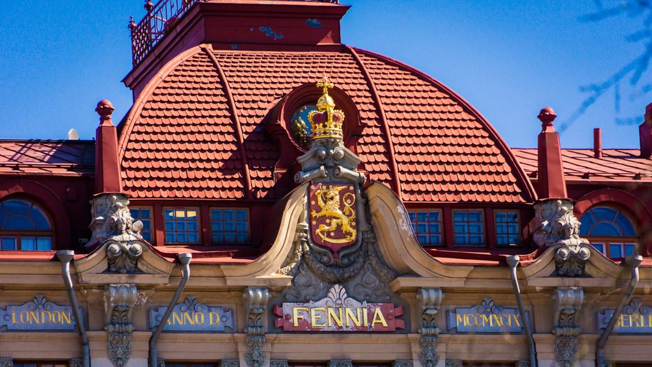 Крыша дома в центре Хельсинки с надписью Fennia