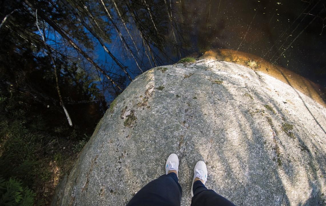 Чистая, но темная вода озера Mustalampi