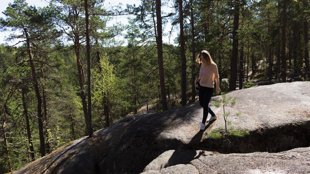 Исследуем высокую скалу в Нууксио