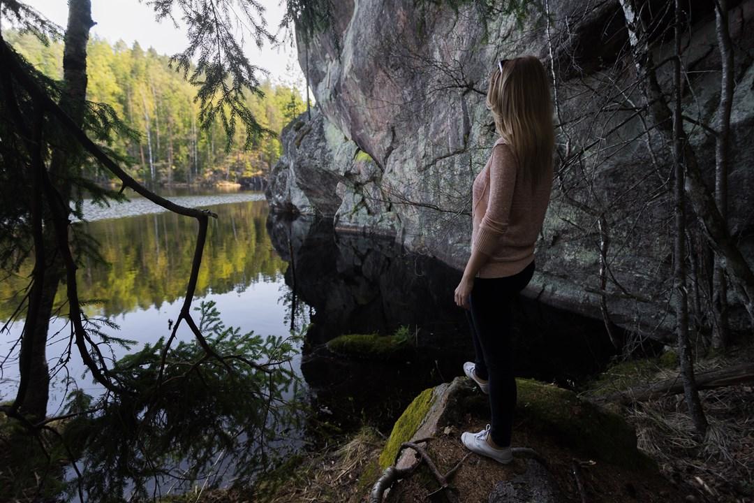 Красивое место с утесом около озера