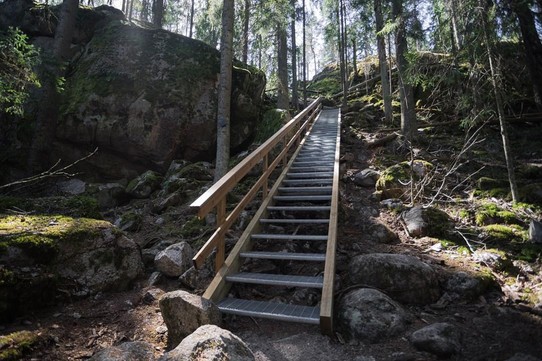 Лестница с железными ступенями в Нууксио