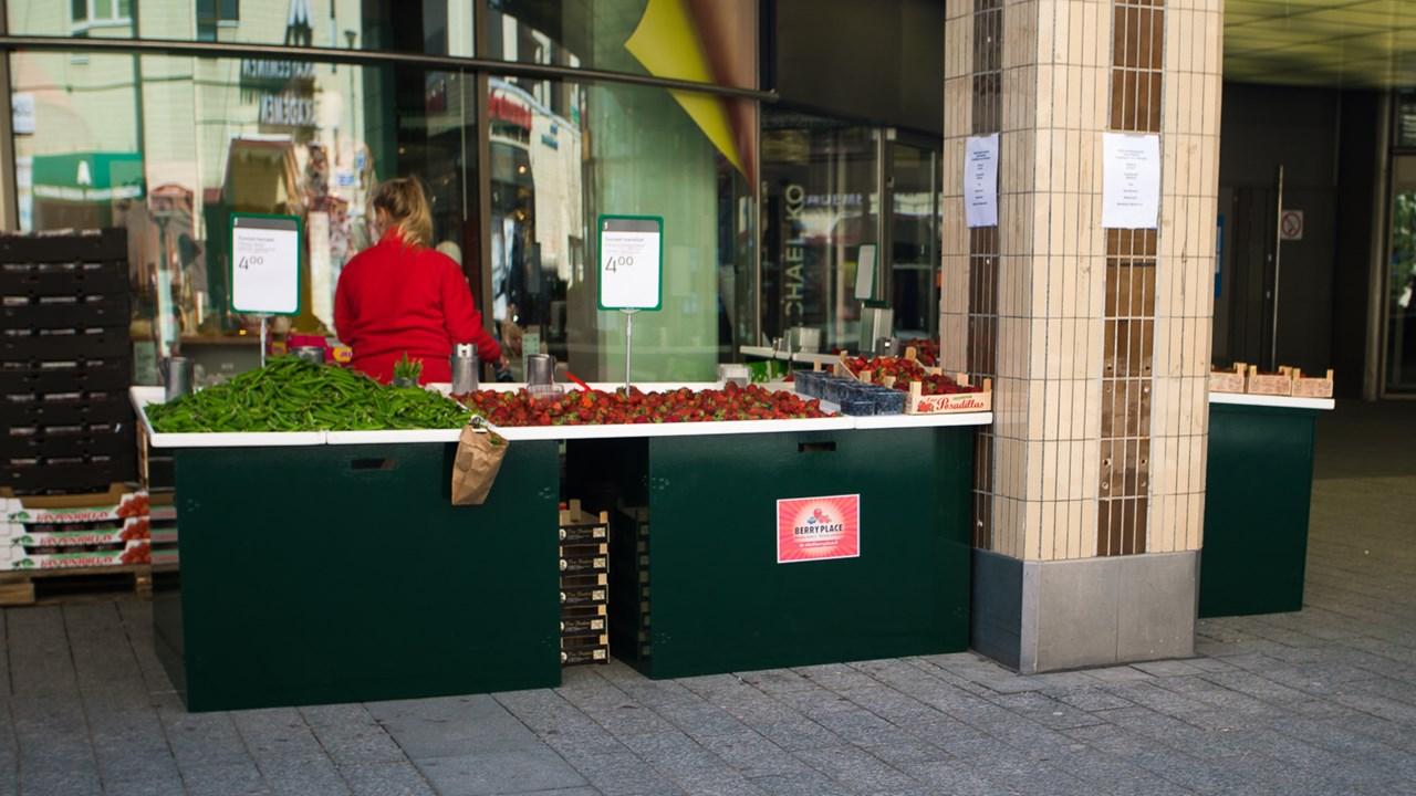Продажа клубники на площади в районе Тапиола в Эспоо