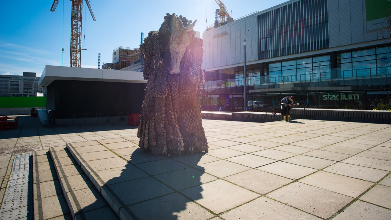Площадь перед Центром культуры в Эспоо и памятник в стиле этно