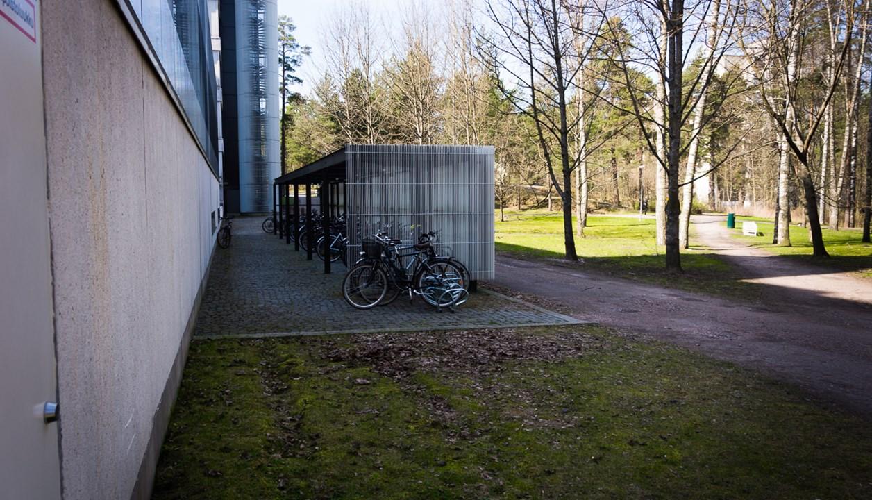 Во дворах финских жилых комплексов расположены велосипедные стоянки