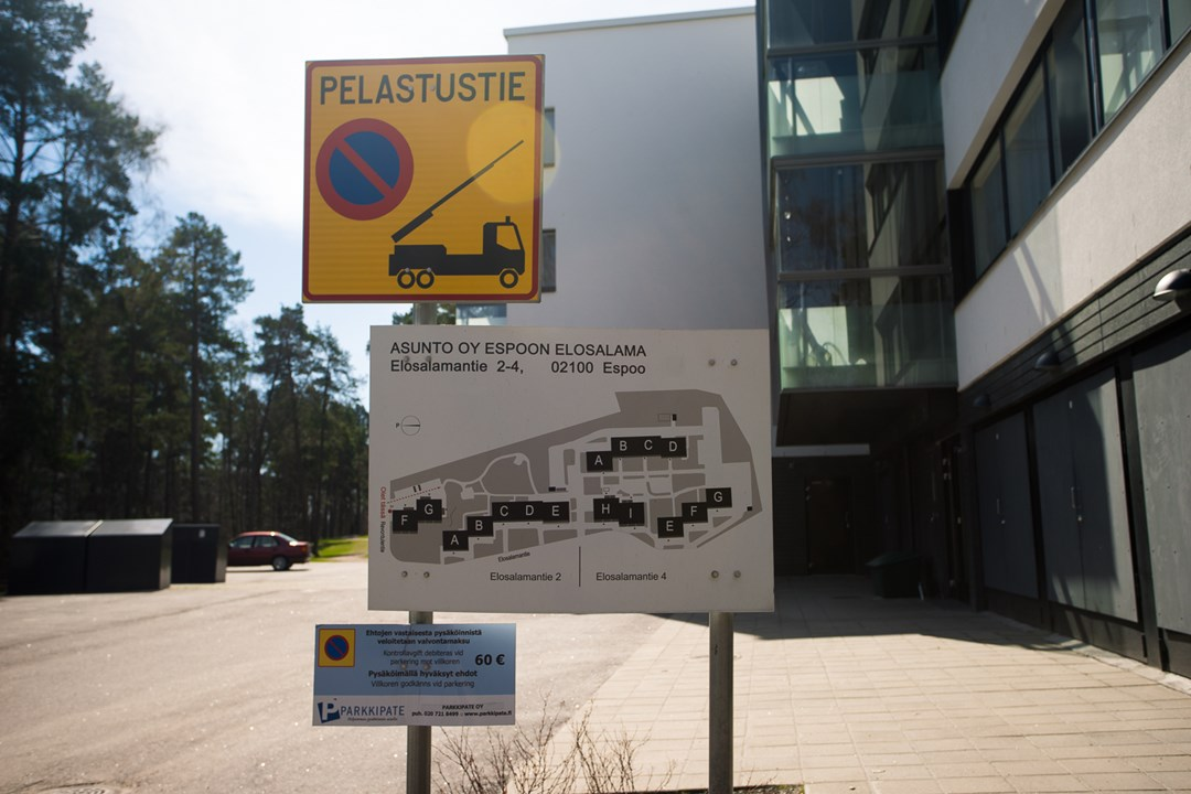 План отеля и штраф за нарушение парковки рядом с ним в финском городе Эспоо
