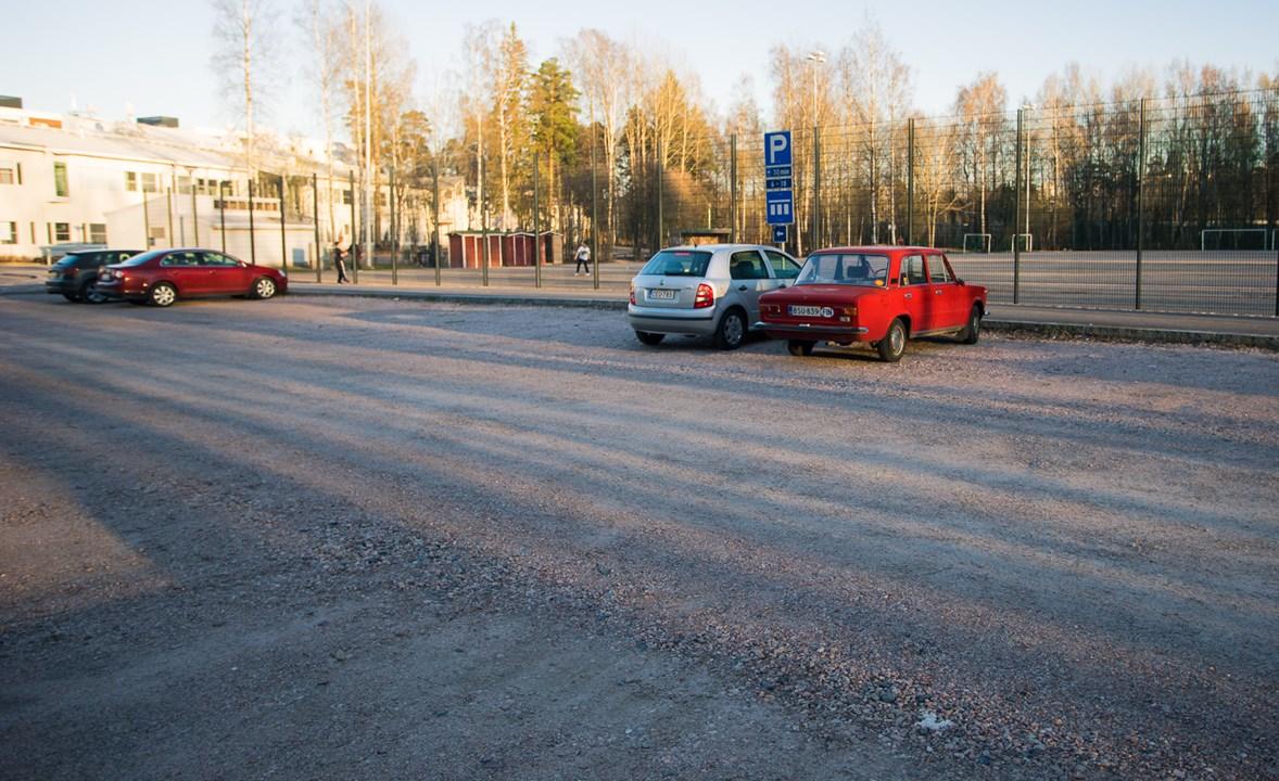 Футбольное поле и машина ВАЗ в Эспоо