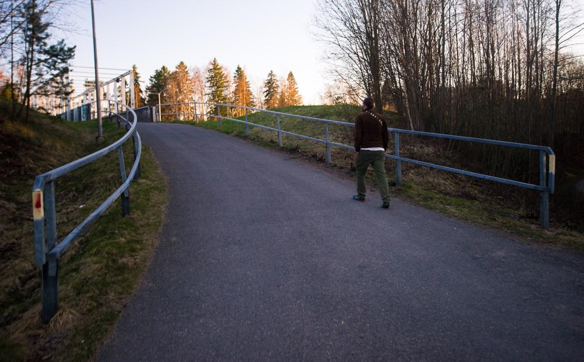 Мост, по которому можно перебраться к набережной района Westend