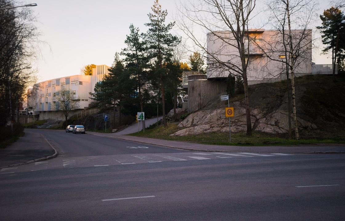 Многие здания в районе расположены на каменных холмах
