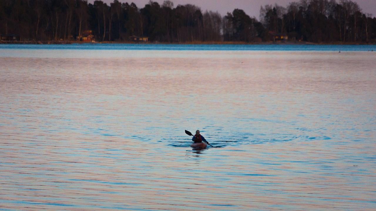 Помимо лодок на причале можно встретить еще и каяки спортивных финнов