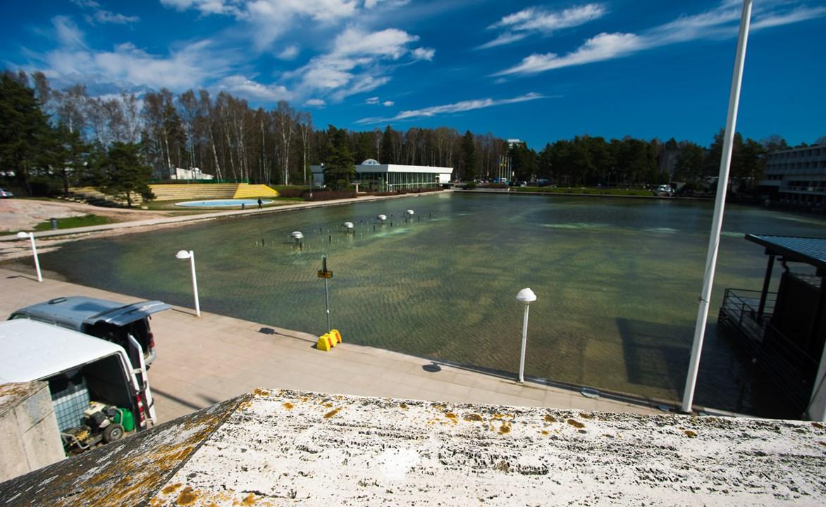 Большой бассейн, который зимой превращается в каток около Центра культуры в Эспоо