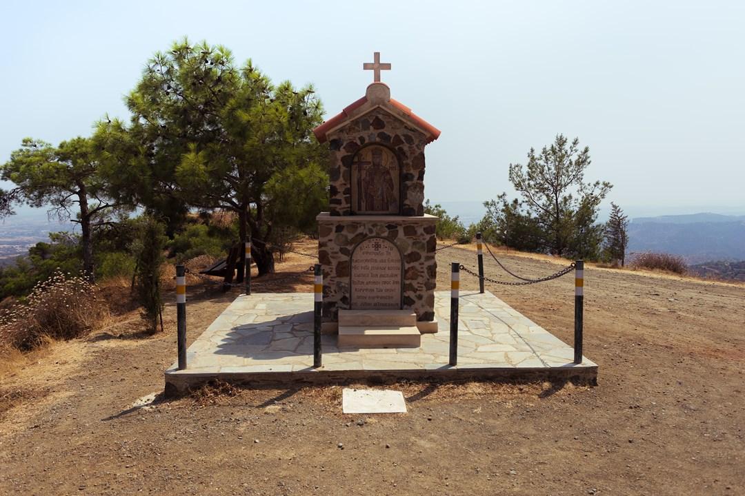 По дороге к монастырю Ставровуни расположены вертолётная площадка и религиозный памятник