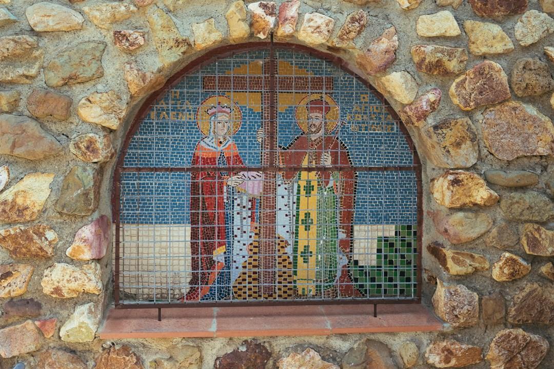 Изображение святых в окне
