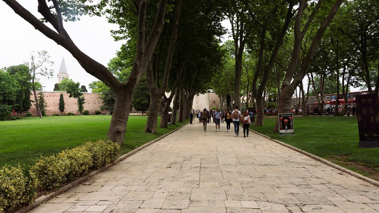 Газон в первом внутреннем дворе дворца Топкапы
