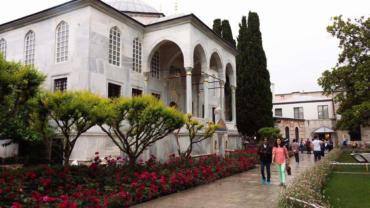 В третьем внутреннем дворе дворца-музея Топкапы обилие цветов, красивых деревьев и кустарников