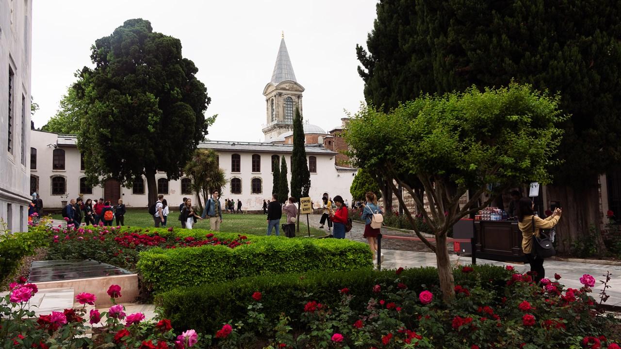 Буйство зелени и цветов на территории дворца Топкапы