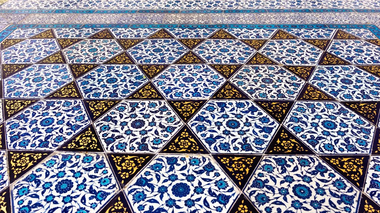 Пёстрый голубой орнамент в Топкапы