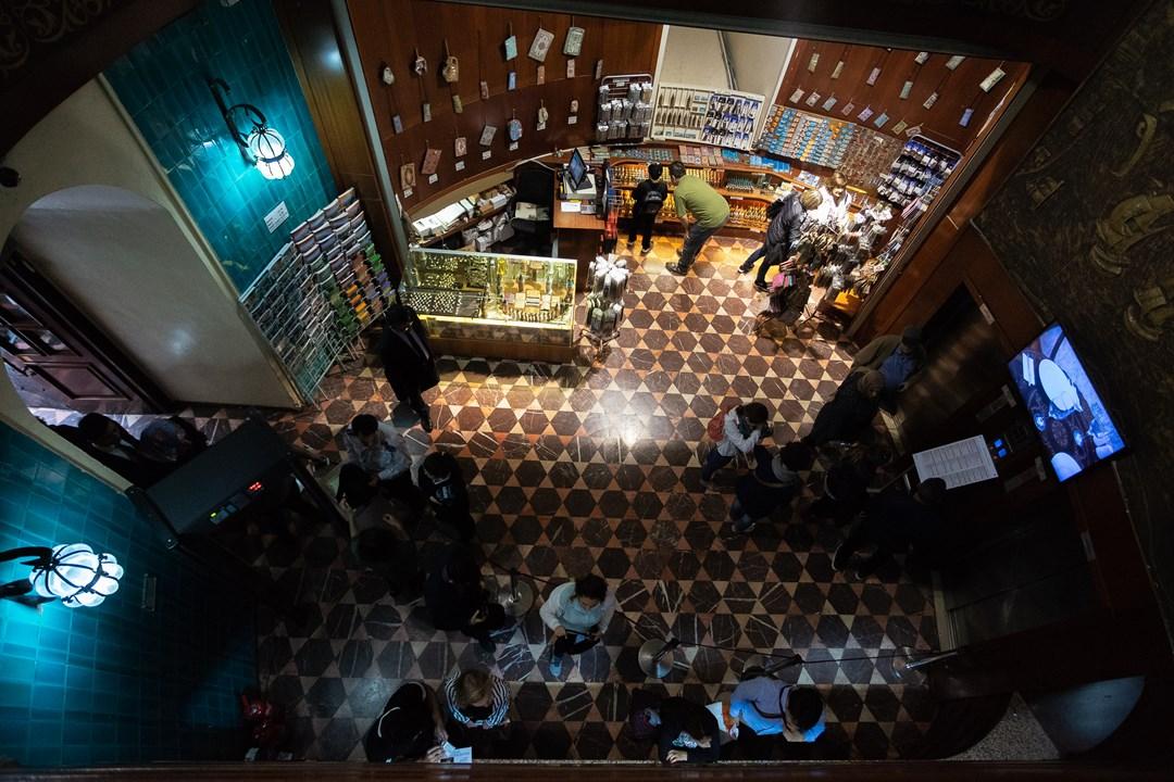 Кассы, сувенирный магазин и лифты, ведущие наверх Галатской башни