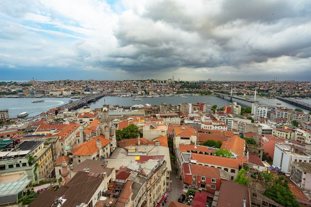 Галатский с рыбными ресторанами, мост Золотой Рог с проходящей по нему веткой метро и мост Ататюрка.