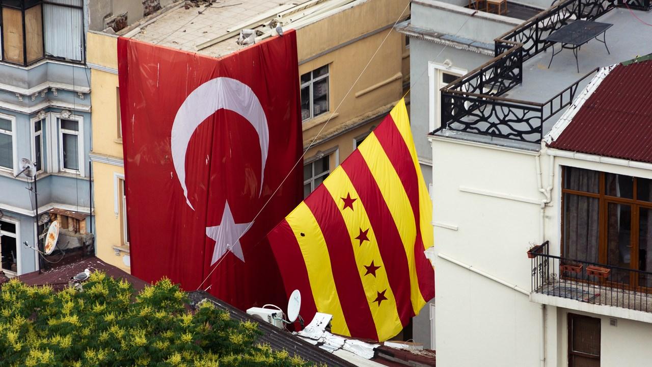 В Стамбуле висит очень много национальных флагов