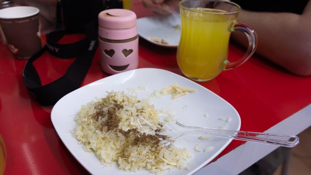 Рис с нутом, приправленный черным перцем
